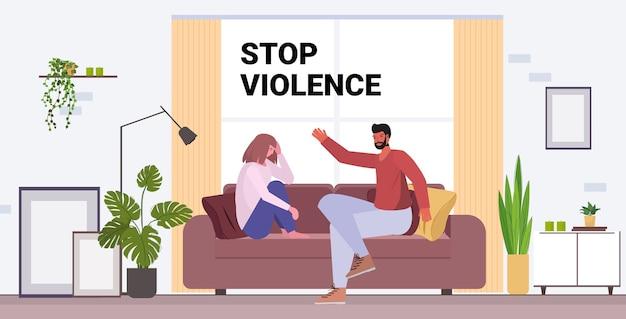 Marido bravo socando e batendo na esposa pare a violência doméstica e a agressão contra as mulheres Vetor Premium