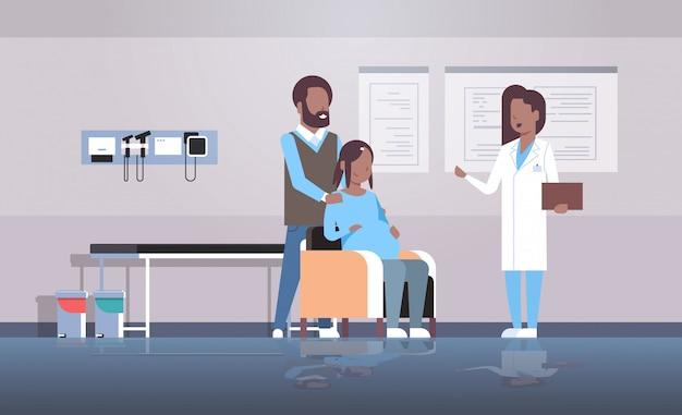 Marido e mulher, consultando médico ginecologista, realizando gravidez consulta ginecológica Vetor Premium