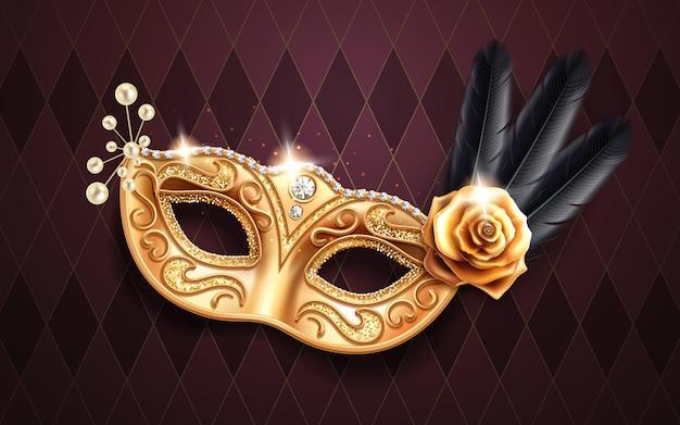 Máscara colombina cintilante para cobertura facial no carnaval ou baile de máscaras. parte do traje do festival com penas e miçangas, flor rosa dourada. máscara dourada com diamantes para festas do brasil ou mardi gras de veneza Vetor Premium