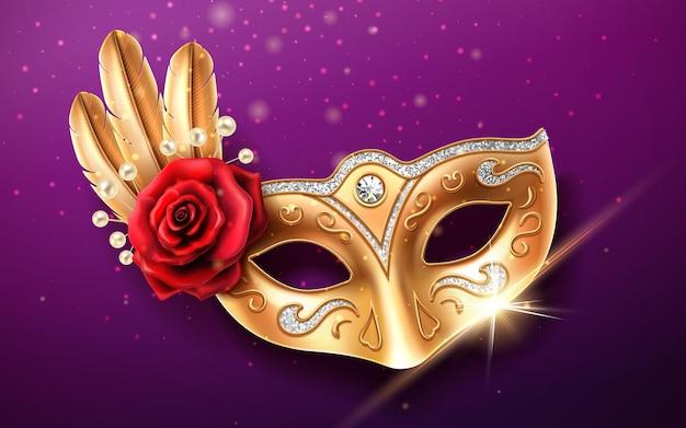 Máscara colombina cintilante para cobertura facial no carnaval ou baile de máscaras. parte do traje do festival com penas e miçangas, flor rosa. máscara dourada com diamantes para o brasil festivo ou o carnaval de veneza. Vetor Premium