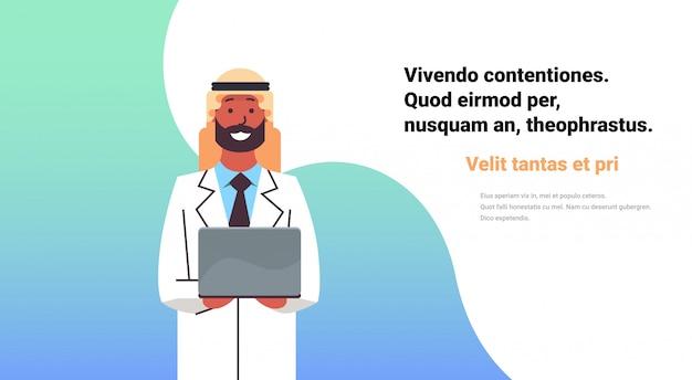 Médico árabe segurar banner de computador portátil Vetor Premium