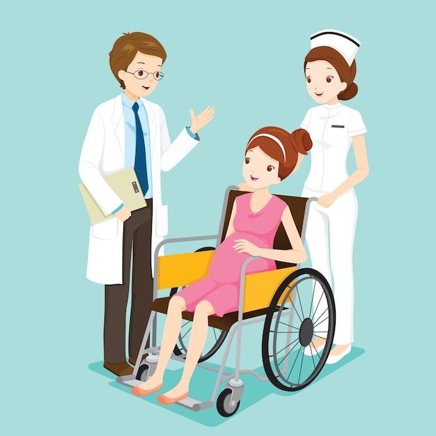 Médico falando com grávida em cadeira de rodas e enfermeira Vetor Premium