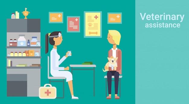 Médico veterinarian cure animal em clínica de assistência veterinária Vetor Premium