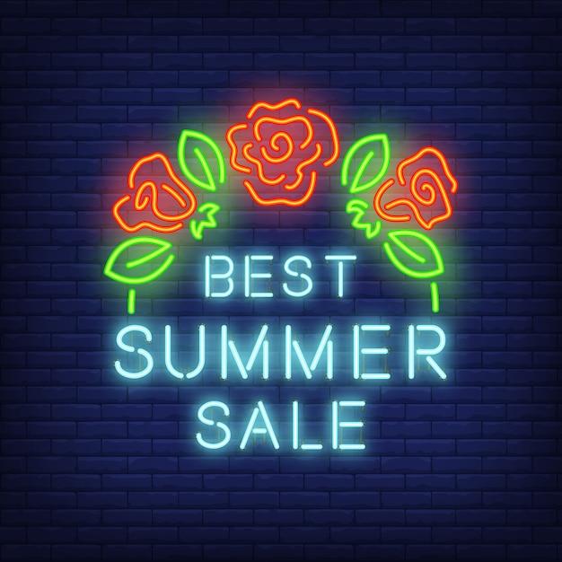 Melhor venda de verão, assinar em estilo neon. ilustração com texto azul e rosas vermelhas com folhas. Vetor grátis