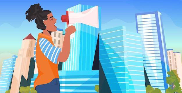 Menina ativista segurando falando no alto-falante feminino movimento de empoderamento feminino conceito de poder da cidade retrato do fundo da cidade Vetor Premium