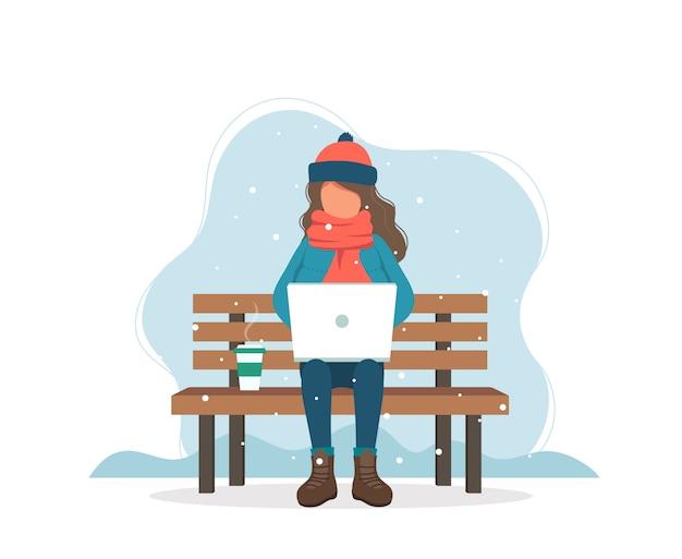 Menina com o computador no banco no inverno com café. Vetor Premium