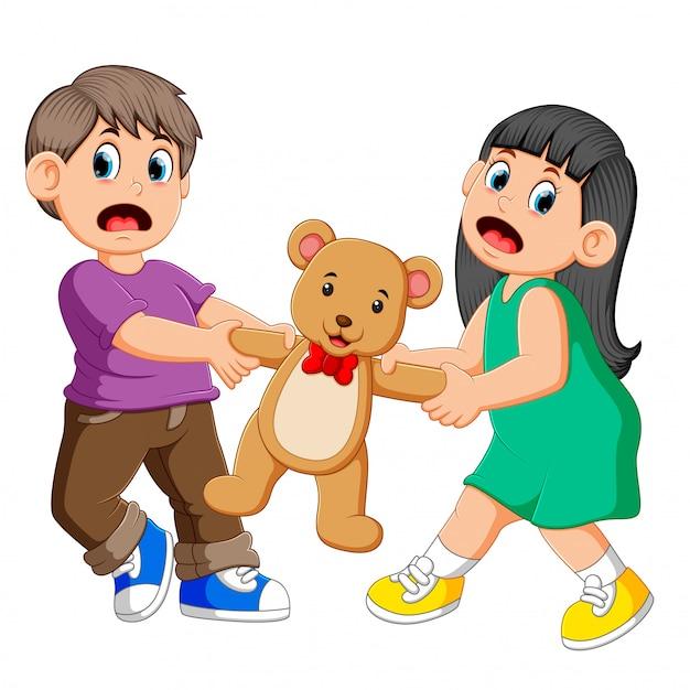 Menina e menino brigando por uma boneca Vetor Premium