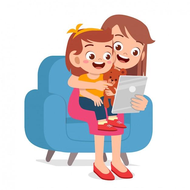 Menina feliz criança fofa jogar tablet com a mãe Vetor Premium