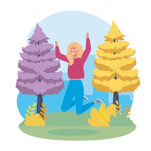 Menina pulando com roupas casuais e árvores de pinheiros Vetor grátis