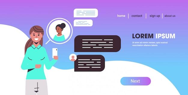 Menina, usando, smartphone, mistura, raça, mulheres, conversando, rede social, conversa, bolha, comunicação, conceito Vetor Premium