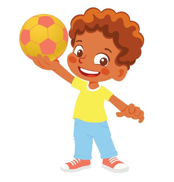 Menino afro-americano detém uma bola de futebol. menino em pé com a bola Vetor Premium
