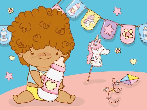 Menino bebê, com, cabelo ondulado, e, mamadeira Vetor Premium