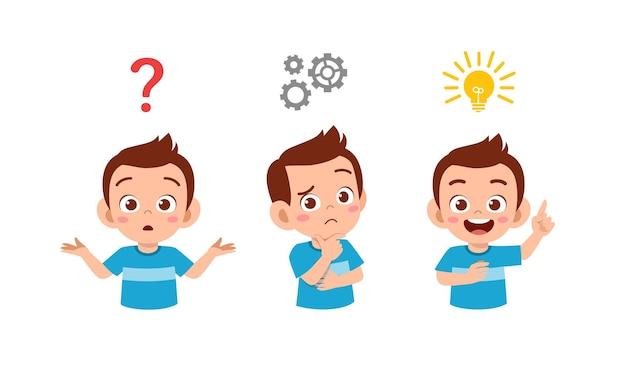 Menino feliz e fofo pensando e procurando o processo de ideias Vetor Premium