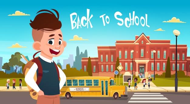 Menino, indo, costas, para, escola, sobre, grupo, de, pupilas, caminhando, de, amarela, autocarro Vetor Premium