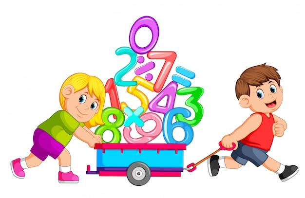 Menino puxando e menina empurrando o vagão de números Vetor Premium
