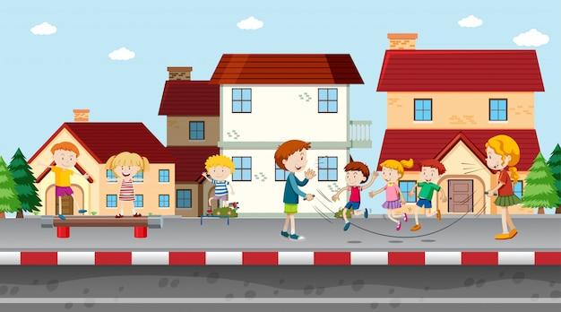 Meninos e meninas ativos praticando esportes e atividades divertidas fora Vetor grátis