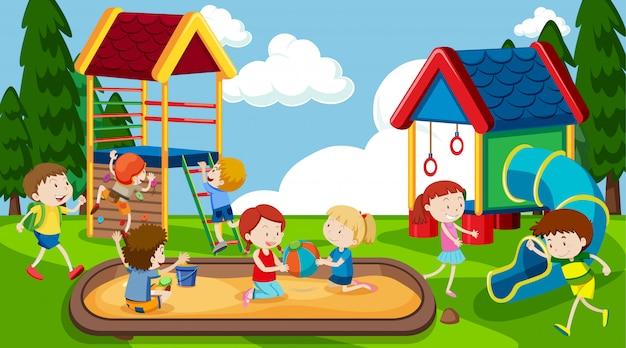 Meninos e meninas ativos que praticam atividades esportivas e divertidas fora Vetor grátis