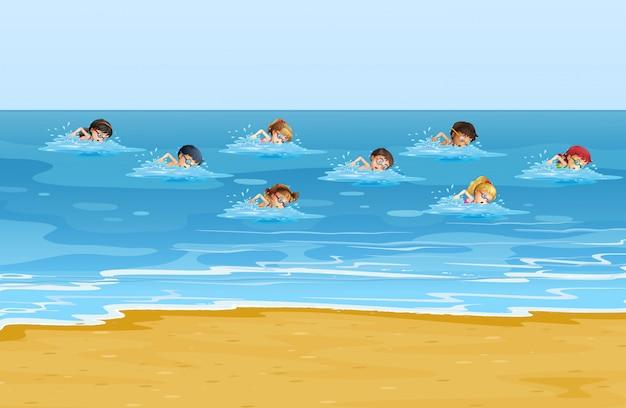 Meninos e meninas nadando no oceano Vetor grátis