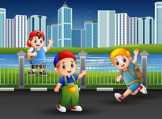 Meninos felizes brincando na estrada do parque Vetor Premium