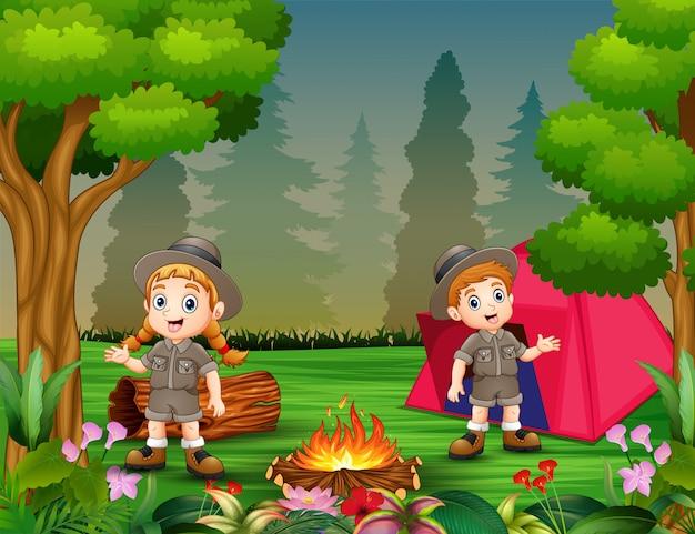 Meninos meninas, em, acampamento, equipamento, perto, fogueria, e, um, barraca Vetor Premium