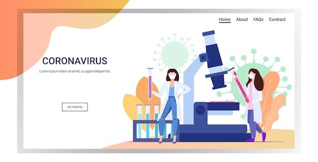 Microbiologistas segurando tubo amostra biológica de coronavírus para análise em epidemia de microscópio de laboratório mers-cov wuhan 2019-ncov pandemia de risco médico à saúde espaço para cópia comprimento total horizontal Vetor Premium