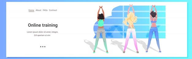 Misture mulheres raça fazendo exercícios de fitness exercícios de treinamento estilo de vida saudável conceito meninas trabalhando fora comprimento total cópia espaço ilustração Vetor Premium
