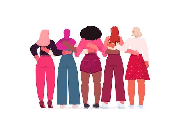 Misture raça meninas em pé juntas movimento de empoderamento feminino conceito de poder feminino retrovisor Vetor Premium