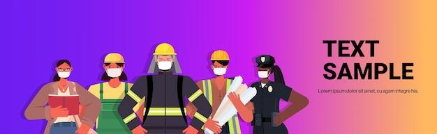 Misture raça pessoas de diferentes ocupações em pé juntos conceito de celebração do dia do trabalho homens mulheres usando máscaras para evitar retrato de coronavírus Vetor Premium