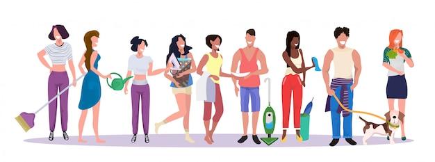 Misture raça pessoas equipe de limpeza fazendo tarefas domésticas homens mulheres juntos conceito de trabalho doméstico masculino feminino personagens de desenhos animados comprimento total banner horizontal Vetor Premium