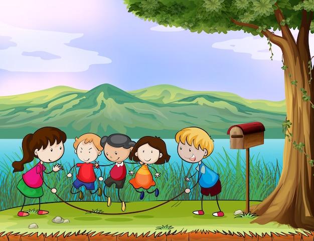 Miúdos que jogam perto da caixa postal de madeira Vetor grátis