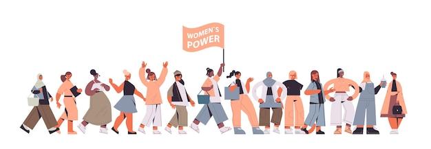Mix race meninas ativistas unem-se movimento de empoderamento feminino feminino comunidade união de feministas conceito ilustração vetorial de corpo inteiro horizontal Vetor Premium