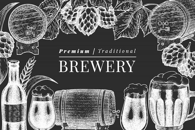 Modelo de caneca e salto de vidro de cerveja. mão-extraídas ilustração de bebidas pub no quadro de giz. estilo gravado. ilustração de cervejaria retrô. Vetor Premium