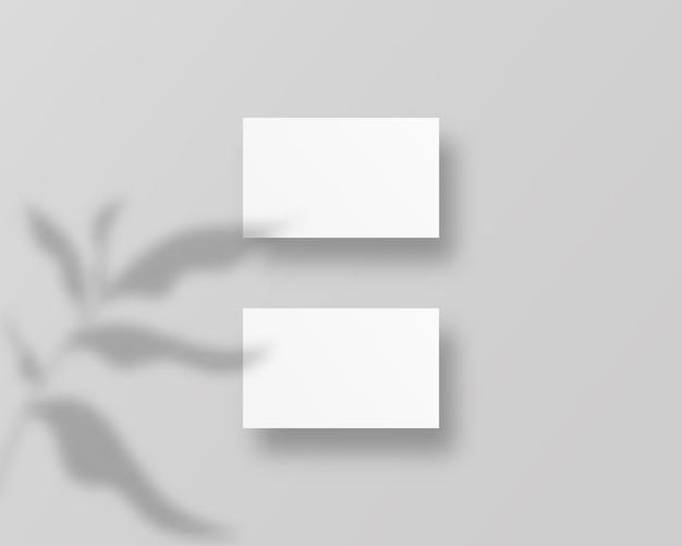Modelo de cartões de visita em branco. cartões de visita brancos em branco s com sobreposições de sombra. ilustração realista. Vetor Premium