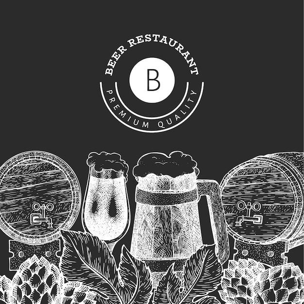 Modelo de design de caneca e lúpulo de copo de cerveja. mão-extraídas ilustração de bebidas pub no quadro de giz. estilo gravado. ilustração de cervejaria retrô. Vetor Premium