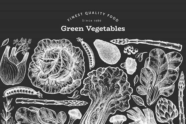 Modelo de design de vegetais verdes. mão-extraídas ilustração em vetor comida no quadro de giz. vegetal de estilo gravado Vetor Premium