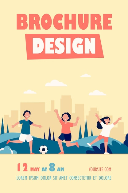 Modelo de folheto para crianças felizes e ativas jogando futebol ao ar livre Vetor grátis