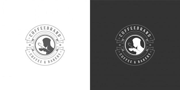 Modelo de logotipo de loja de café ou chá com homem segurando a silhueta de caneca boa para distintivo de café Vetor Premium