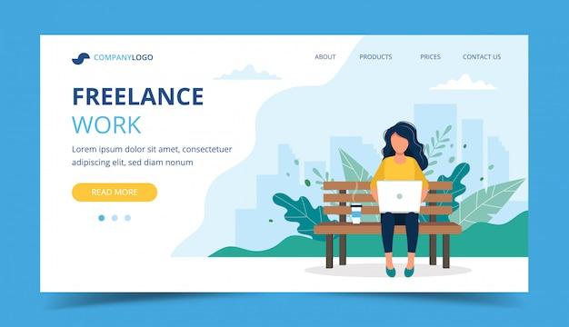 Modelo de página de trabalho freelance. mulher, trabalhando, com, laptop, parque Vetor Premium
