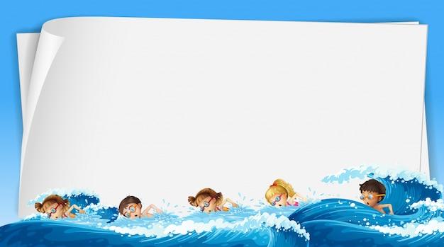 Modelo de papel com crianças nadando no oceano Vetor grátis