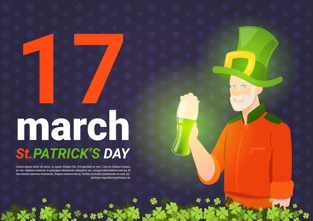 Modelo de plano de fundo dia saint patricks com homem em chapéu de duende segurando verde caneca de cerveja Vetor Premium