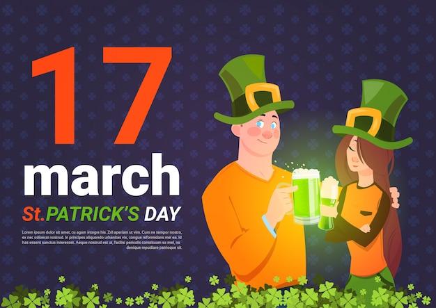 Modelo de plano de fundo do modelo de dia de saint patrick com homem e mulher em chapéus verdes segurando o copo de cerveja Vetor Premium
