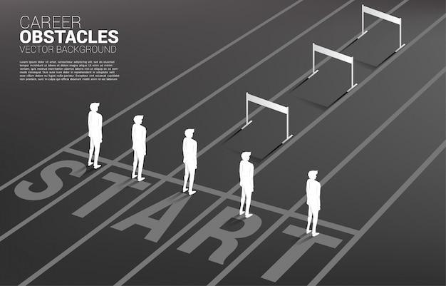 Mostre em silhueta um do homem de negócios que está com obstáculo dos obstáculos. conceito de obstáculos na carreira e desigualdade Vetor Premium