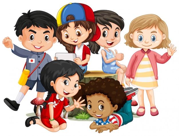 Muitas crianças com cara feliz sentado no log Vetor grátis