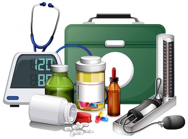 Muitos equipamentos médicos e medicamentos em fundo branco Vetor grátis