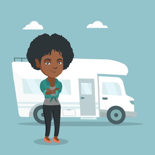 Mulher africana que está na frente do motorhome. Vetor Premium