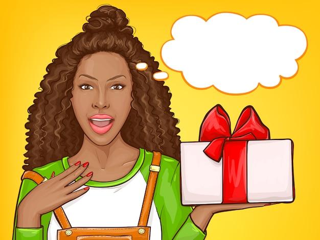 Mulher afro-americana com gratidão recebendo presente Vetor grátis