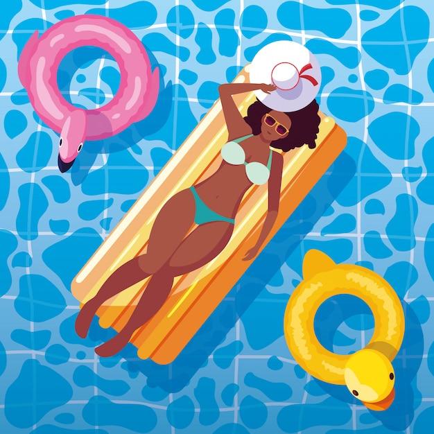 Mulher afro bronzeamento em flutuar na piscina Vetor Premium