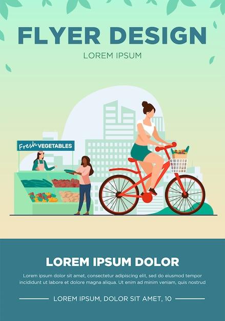 Mulher andando de bicicleta e comprando legumes frescos. estilo de vida, bicicleta, ilustração em vetor plana de mercado. alimentos saudáveis e conceito de atividade Vetor grátis