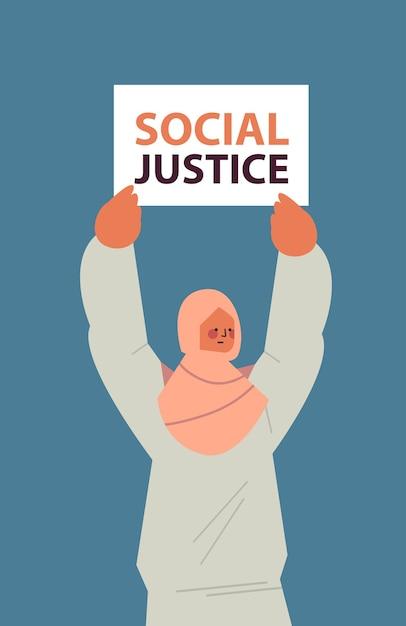 Mulher árabe ativista segurando cartaz racismo igualdade racial justiça social parar discriminação conceito retrato vertical Vetor Premium