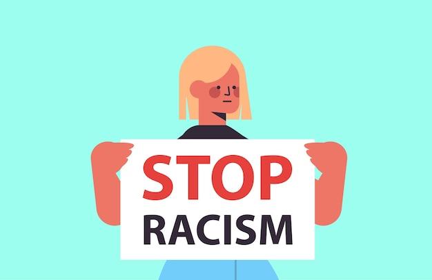 Mulher ativista segurando pare de racismo pôster igualdade racial justiça social pare de discriminação retrato Vetor Premium
